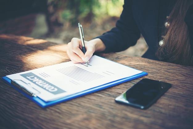 Drukke professionele uitziende zakenmensen schrijven