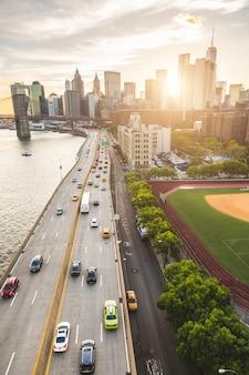 Drukke snelweg in new york met manhattan