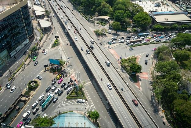 Drukke snelweg kruising in het stadscentrum van de metropool