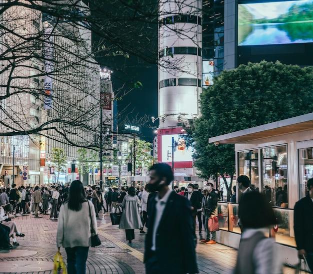 Drukke straat in de stad met mensen