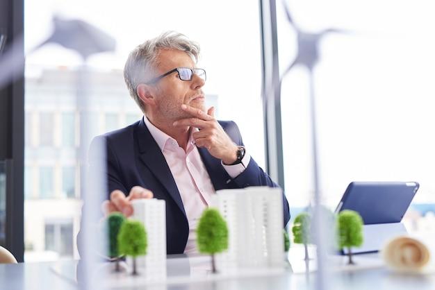 Drukke zakenman die aan nieuwe oplossingen denkt