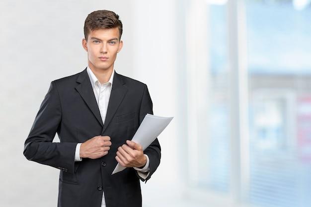 Drukke zakenman met veel papierwerk