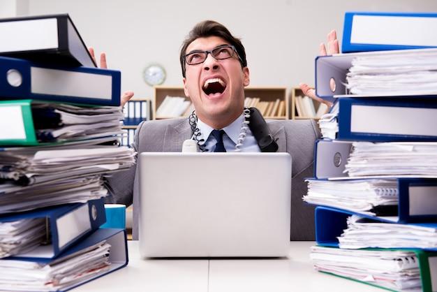 Drukke zakenman onder stress als gevolg van overmatig werk
