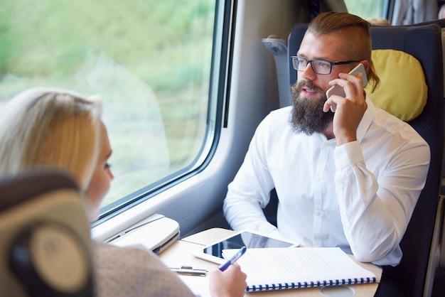 Drukke zakenmensen in de trein