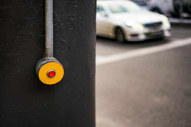 Drukknop op voetganger. druk op de knop om over te steken. straat, weg, snelweg