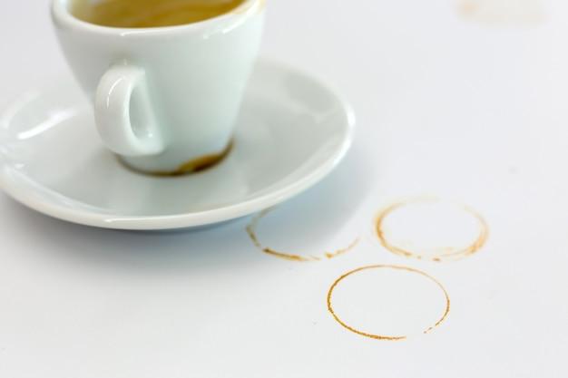Drukt koffievlekken af op een witte achtergrond
