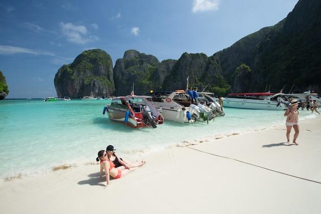 Drukte van zonnebaden bezoekers genieten van een dagtocht boottocht naar maya bay, een van de mooiste stranden van phuket provincie thailand.
