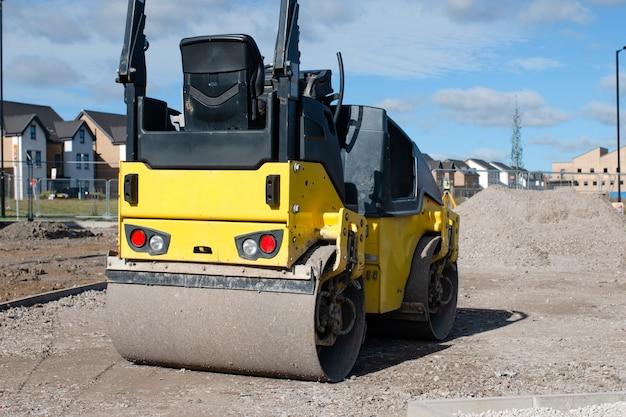 Drum ride on roller die vers gelegd asfalt verdicht tijdens wegwerkzaamheden en nieuwe voetpaden