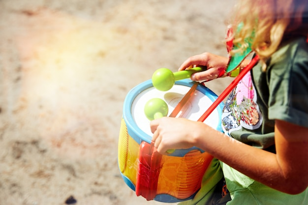 Drum spelen. handen met een trommel. een ander uitzicht. afrikaans, knal, slaan, kind, klasse, trommel, drummer, vingers, hand, klap, instrument, kind, muziek, musical, percussie, spelen, ritme, ring, geluid.