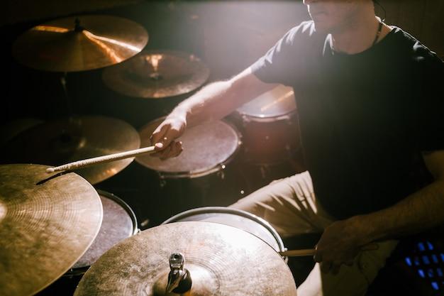 Drummer die bekkens speelt tijdens concert