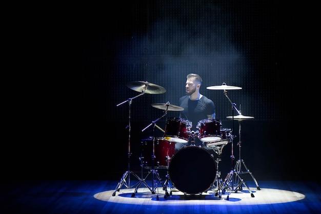 Drummer die de trommels met rook en poeder speelt