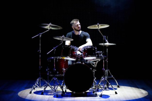 Drummer die de trommels speelt