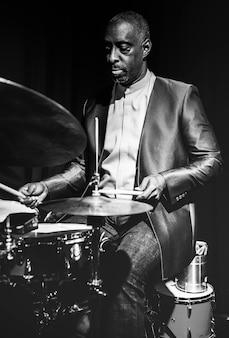 Drummer die in een gebeurtenis presteert
