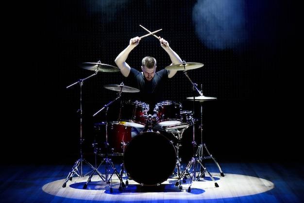 Drummer drummen op het podium