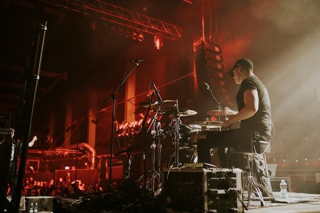 Drummer in een rockconcert