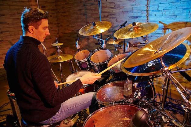 Drummer spelen op drumstel op het podium