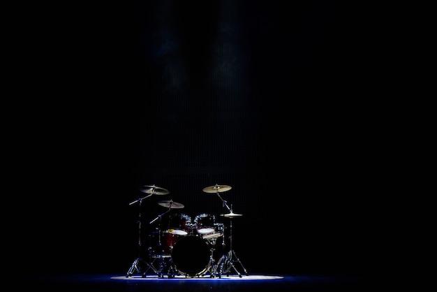 Drums op het podium in de schijnwerpers op het concert
