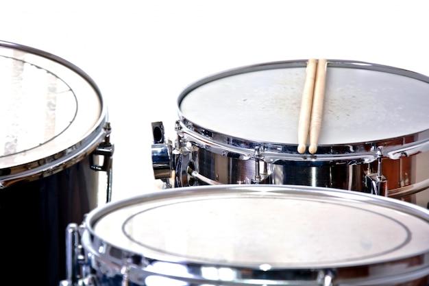 Drums over geïsoleerde witte achtergrond.