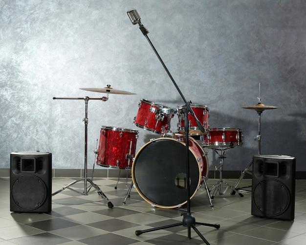 Drumstel op bakstenen muur