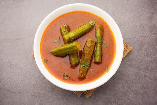 Drumstick curry'â is een heerlijk en pittig groentejus of droog recept dat wordt bereid met moringa-sticks en kruiden. gezond indiaas eten