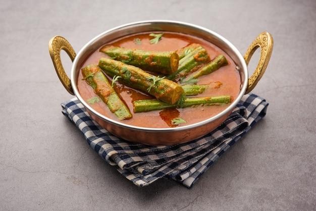 Drumstick curry is een heerlijk en pittig groentejus of droog recept dat wordt bereid met moringa-sticks en kruiden. gezond indiaas eten