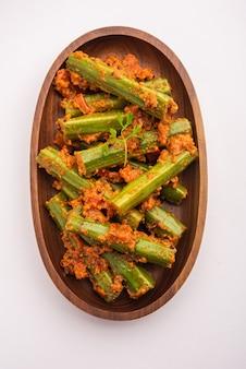 Drumstick curry is een heerlijk en pittig groentejus of droog recept dat wordt bereid met moringa-sticks en kruiden