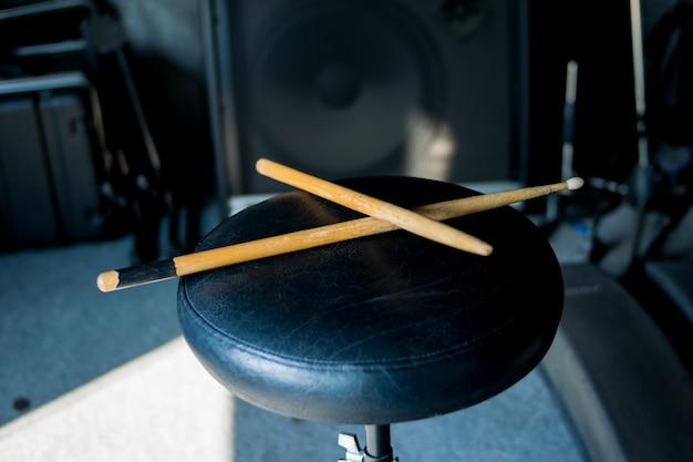 Drumstick op stoel muziek achtergrond