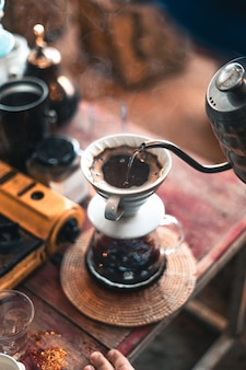 Druppel koffie, barista giet water op koffiemalen met filter, koffie zetten