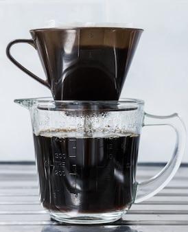 Druppel koffie met plastic filter