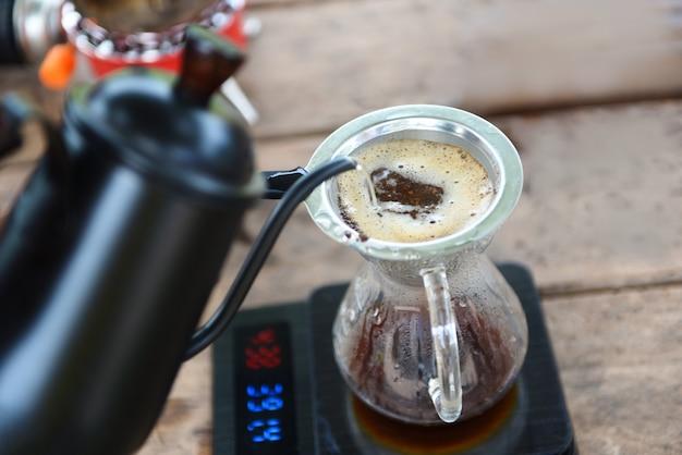 Druppel koffiebarista gietwater bij gefilterd brouwen