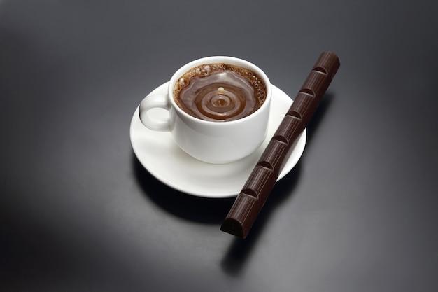 Druppel melk vallen in een witte kop met zwarte koffie