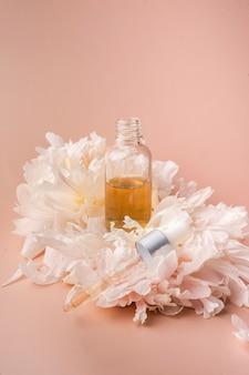 Druppel olie serum collageen moisturizer voor gezicht zachte lichte achtergrond