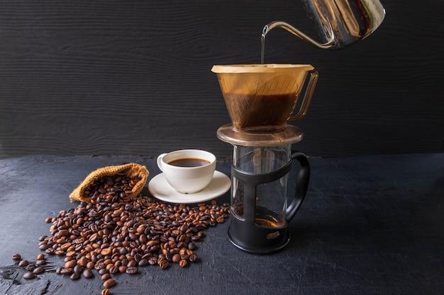 Druppel zwarte koffie op zwarte achtergrond