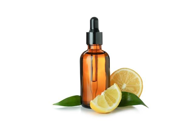 Druppelflesje met olie en citroen geïsoleerd op een witte achtergrond