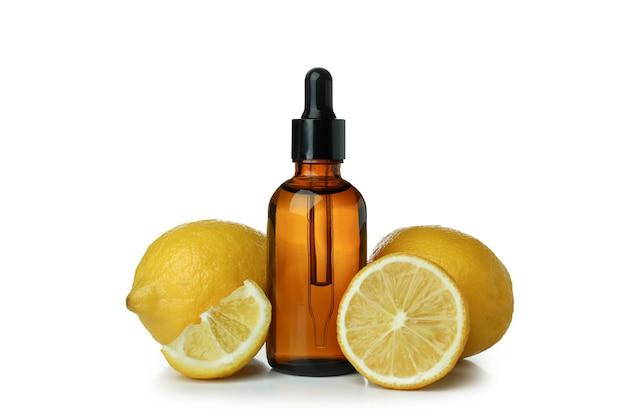 Druppelflesje met olie en citroenen geïsoleerd op een witte achtergrond