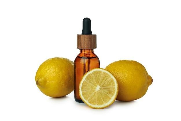 Druppelflesje met olie en citroenen geïsoleerd op witte geïsoleerde achtergrond