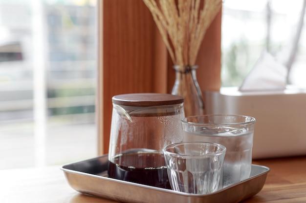 Druppelkoffie, koffiezetapparatuur, zwarte koffie in de ochtend