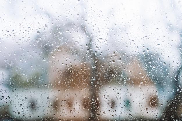 Druppels regen op de achtergrond van een venster.