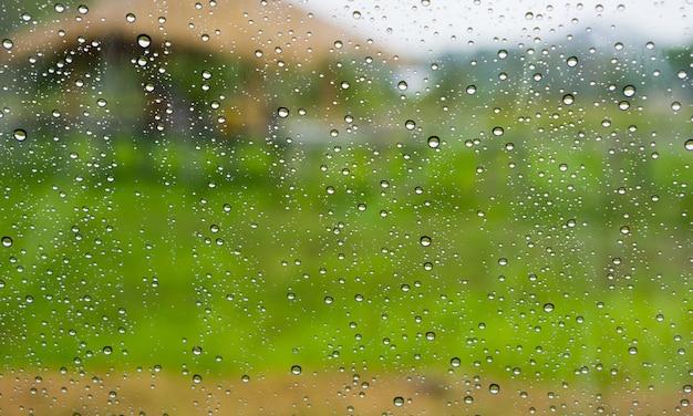 Druppels regen op het glasoppervlak.