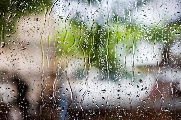 Druppels regen op vensterglas