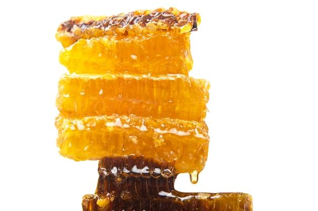 Druppels verse honing druipen van een piramide van washoning. vitamine voeding en bijenproduct.