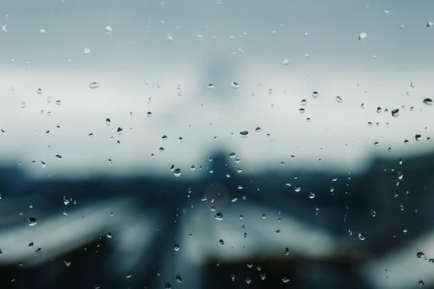 Druppels water op het venster als achtergrond