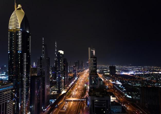 Dubai jachthaven in de nacht