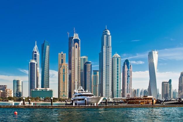 Dubai jachthaven met luxe jachten in de vae