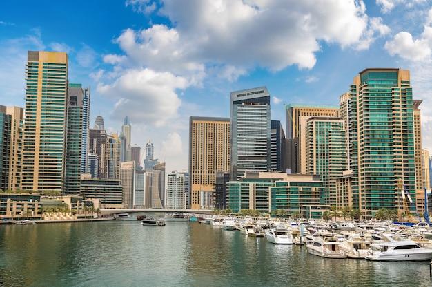Dubai marina in een zomerse dag