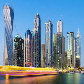 Dubai marina met bootlicht, verenigde arabische emiraten