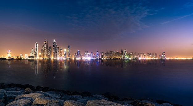 Dubai marina tijdens schemering