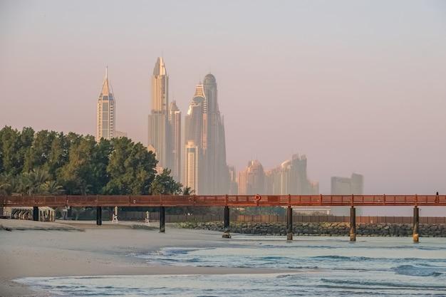 Dubai. ochtend op het strand van de arabische golf van moderne wolkenkrabbers.
