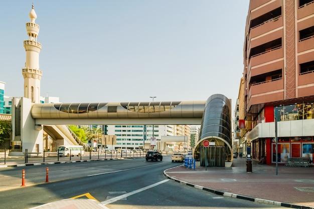 Dubai. oude deira in de nieuwe metropool dubai. overhead oversteken van de weg al rigga.