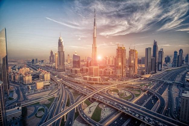 Dubai skyline in de avond ongeveer tot zonsondergang